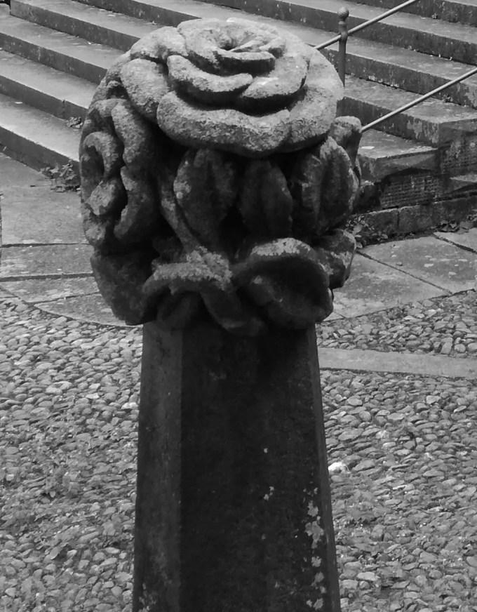 scultura dendriforme sul sagrato della chiesa.jpg