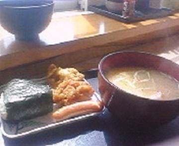 道の駅知床・らうすにて、おにぎりセットとカニ汁の朝食。