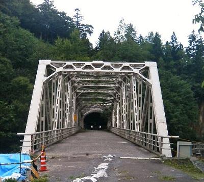 大函にて。奥は通行止めのトンネル。
