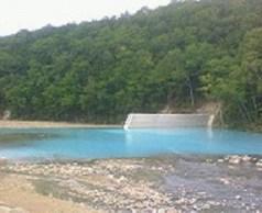青池隣接の川。