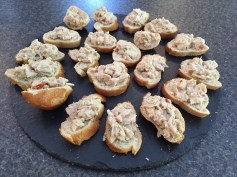 Canapés of tuna with coconut, chilli & lime