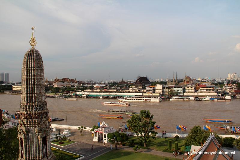 Wat Arun'dan Chao Phraya nehri ve şehir manzarası - Bangkok