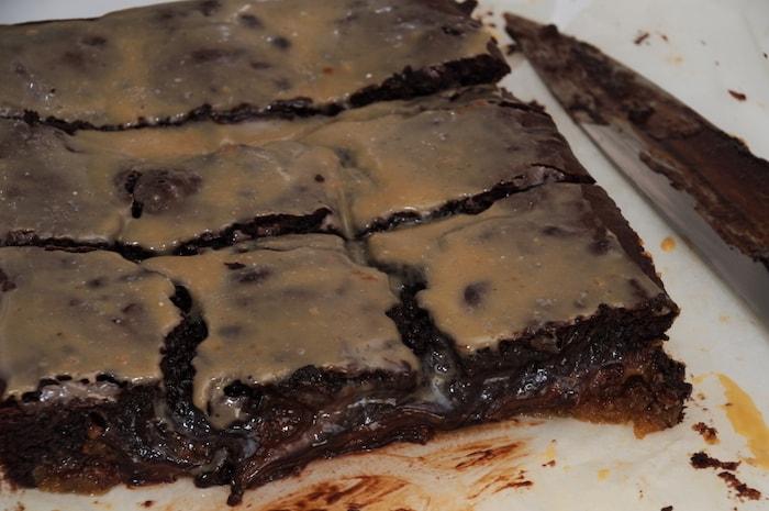 Aangesneden brownies lopen leeg