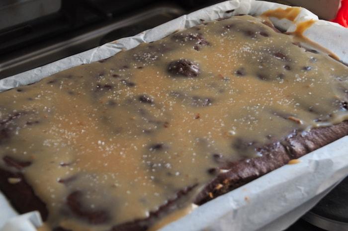 Laagje karamel op hele gebakken brownies