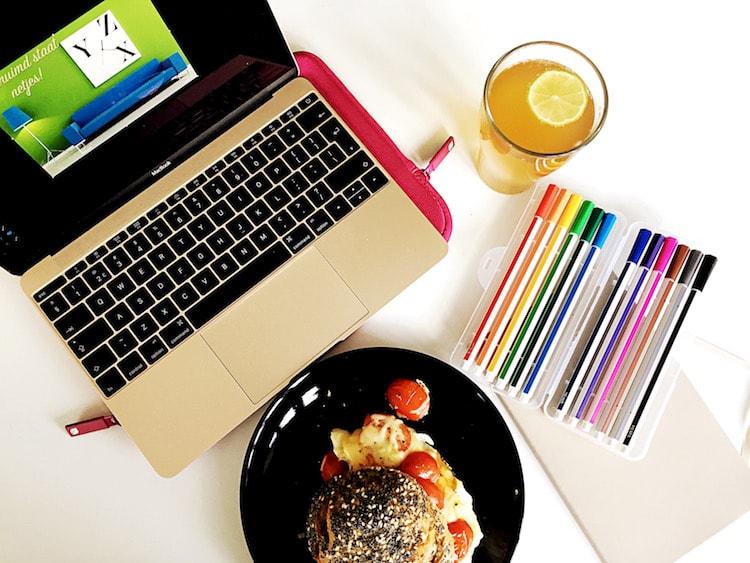 Productief aan het werk laptop bullet journal