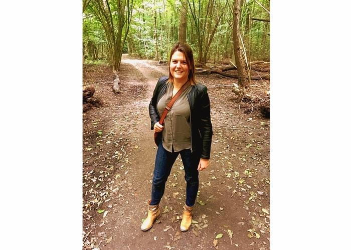 Ayla wandelt door het bos