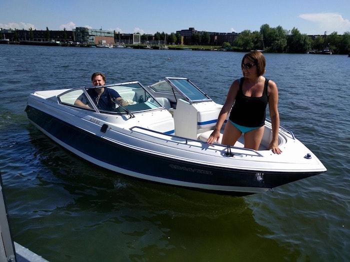 Jan en Ayla samen op het bootje