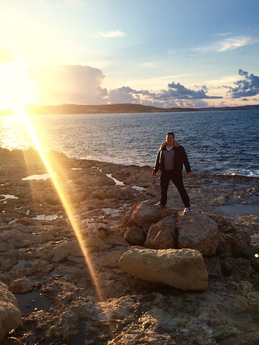 Jan op de rotsen van Malta
