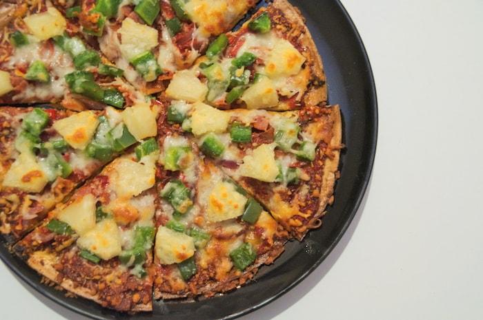 Quinoa-pizza klaar en in stukjes