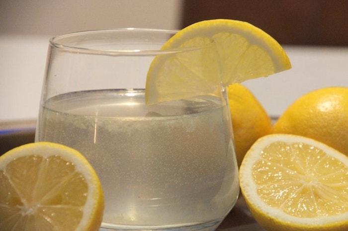 lauwwarm water met citroen