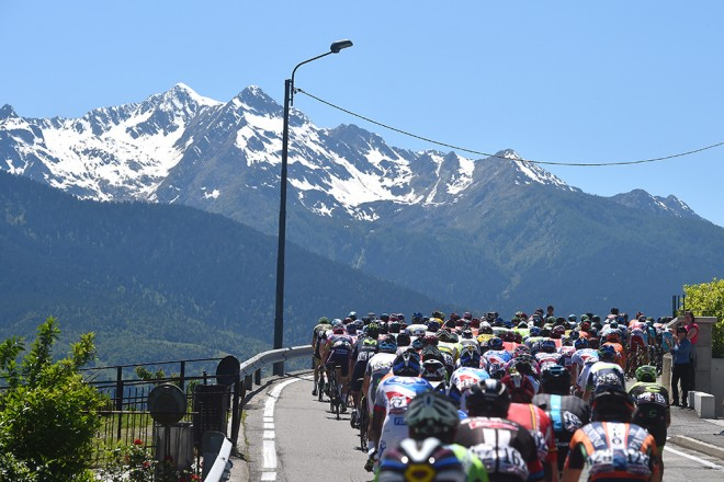 Giro2015_stage17_peloton