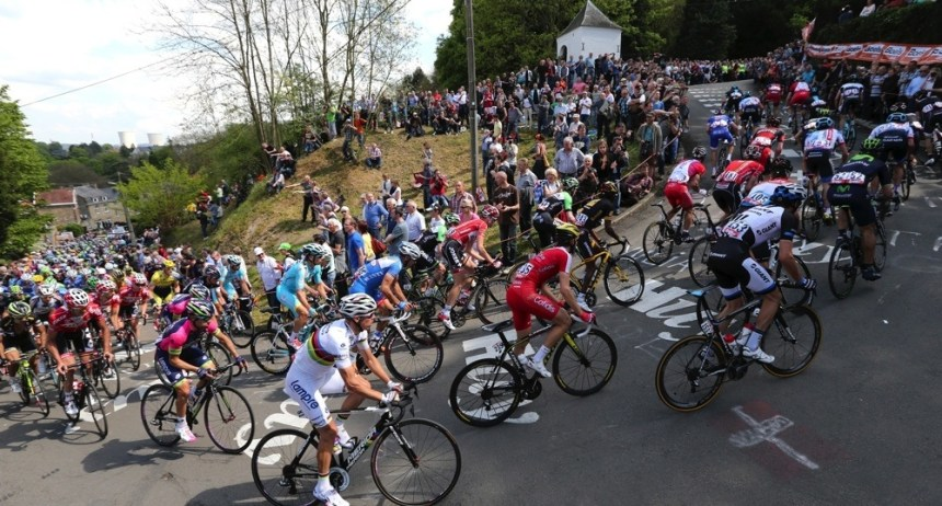 "A pack of riders climbs the ""Wall of Huy"" during the Fleche Wallonne Classic cycling race in Huy April 23, 2014. REUTERS/Francois Lenoir (BELGIUM - Tags: SPORT CYCLING) - RTR3MAS9"