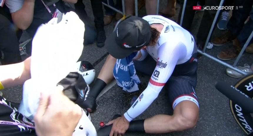 Hüzün ve gözyaşı... Son Giro'sunda güzel bir başlangıç yapmak isteyen Fabian Cancellara'nın yakasını mide problemleri bir türlü bırakmayınca istediği gibi bir performans gösteremedi. Etabı bitirdikten sonra kendisine bir süre gelemeyen Cancellara çarşamba gününden beri mide rahatsızlığı ve yüksek ateşle mücadele halinde; yine de kendisi toparlanacaktır.
