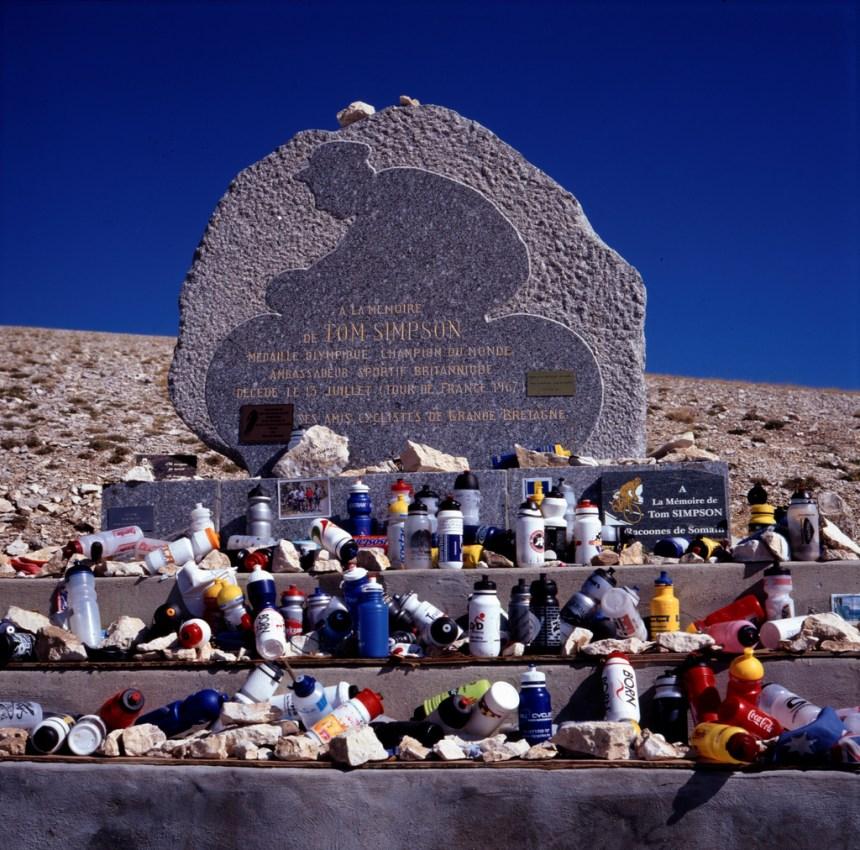 13 Temmuz 1967 yılında zirvede hayatını kaybeden İngiliz pedal Tom Simpson anısına yapılan anıt.