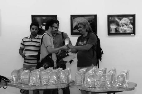 Receiving a crest for participation in a photography exhibition