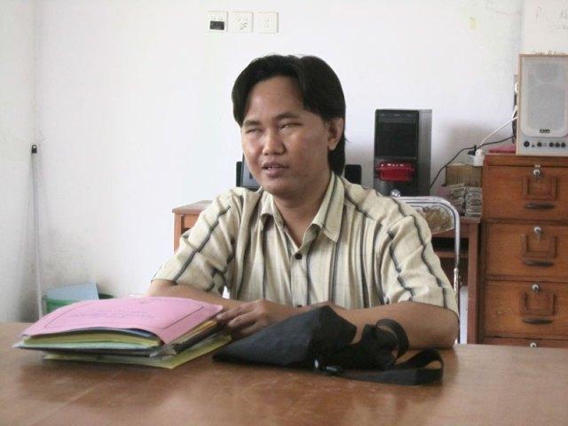 Pak Tutus mengajar Bahasa Indonesia dan Teknik Informatika dan Komputer.