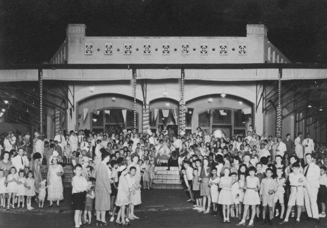 Kunjungan Sinterklaas dan Zwarte Piet di Surabaya. Periode sekitar 1910-1940. Sumber: Tropenmuseum of the Royal Tropical Institute (KIT).