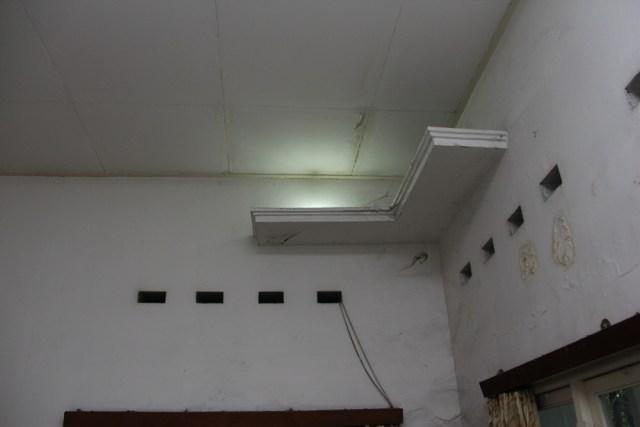 Bagian lampu diletakkan di sudut-sudut ruangan dengan model penerangan cahaya tak langsung (indirect light).