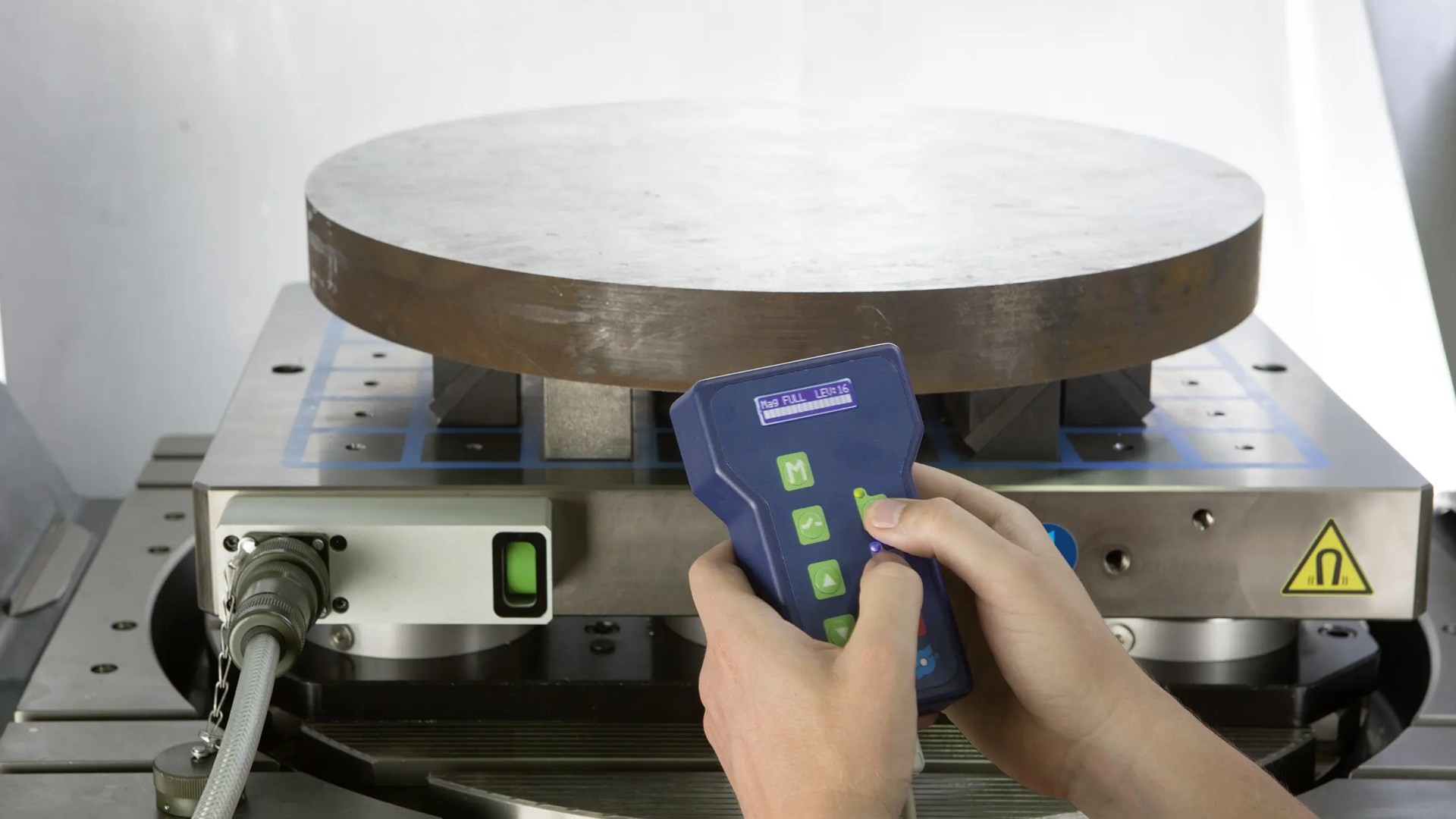 Las mesas magnéticas, indican el estado de sujeción –  la unidad de control modular, aumenta la comodidad del usuario