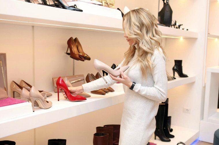 Comprando en una zapateria