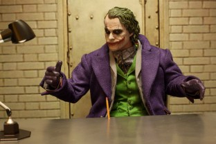 The Dark Knight Hot Toys DX-11 The Joker 2.0 16 Scale Collectible Movie Figure (1)