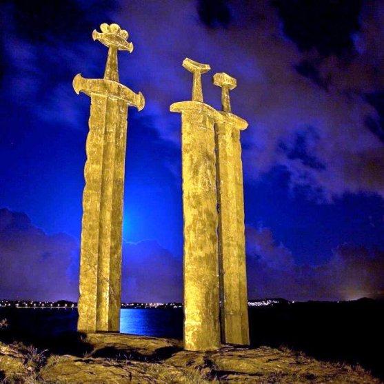 Foto Luar Biasa Yang Belum Pernah Anda Lihat - Gambar-Foto-Monumen-pedang-raksasa-di-Norwegia