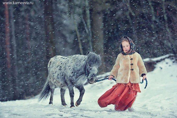 16 Foto Lucu Anak Bermain dengan Hewan