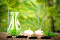 Öl mit Steinen und Kerzen