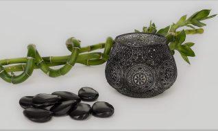 Steine, Kerze und Banbus