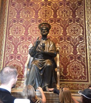 Dans la nef, une célèbre statue de Saint Pierre, tenant les clefs des cieux est datée du XIIIème siècle. Les pèlerins la vénèrent encore en lui embrassant ou en lui frottant le pied, usé au fil du temps.