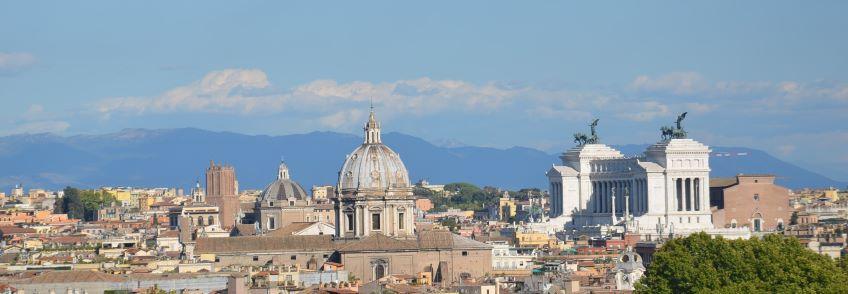 A droite, le monument dédié à Victor Emmanuel II, qui a unifié l'Italie suite à des guerres avec l'Autriche et en annexant par la suite les différentes régions de l'Italie actuelle avec l'aide d'hommes comme Cavour et Garibaldi.