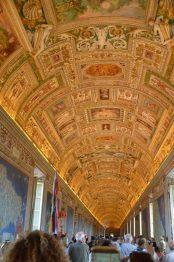 Musée du Vatican - Plafond de la Galerie des cartes géographiques. Longue de 120m, elle regroupe une quarantaine de cartes datant du XVIe siècle, représentant les territoires de l'église.
