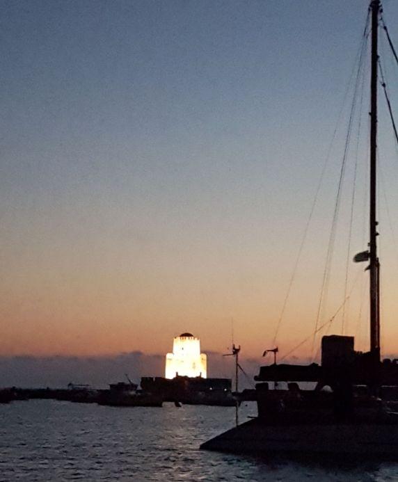 Tour maure de Bourdzi à Méthoni. Au premier plan, un catamaran venue d'Afrique du Sud.