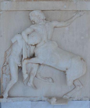 Moulage de la face sud du Parthénon représentant une centauromachie Athènes 2020