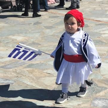 ... en costume avec le drapeau. Karystos