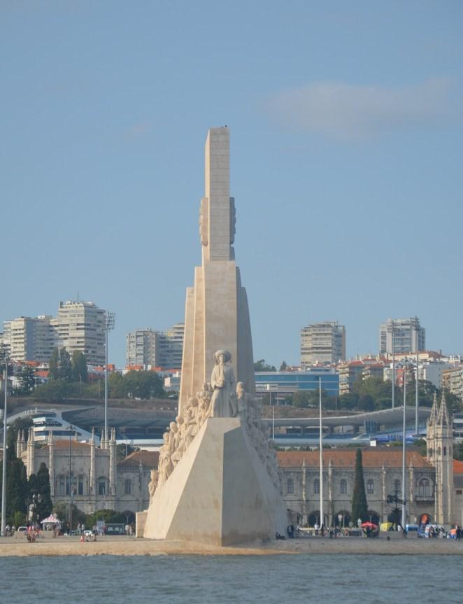 Lisbonne - Monument des Découvreurs et le monastère des Hiéronymites en arrière-plan.