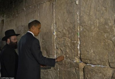 40AA9FC600000578-4530634-Barack_Obama_visited_the_Western_Wall_in_2008_when_he_was_a_pres-a-2_1495464715891