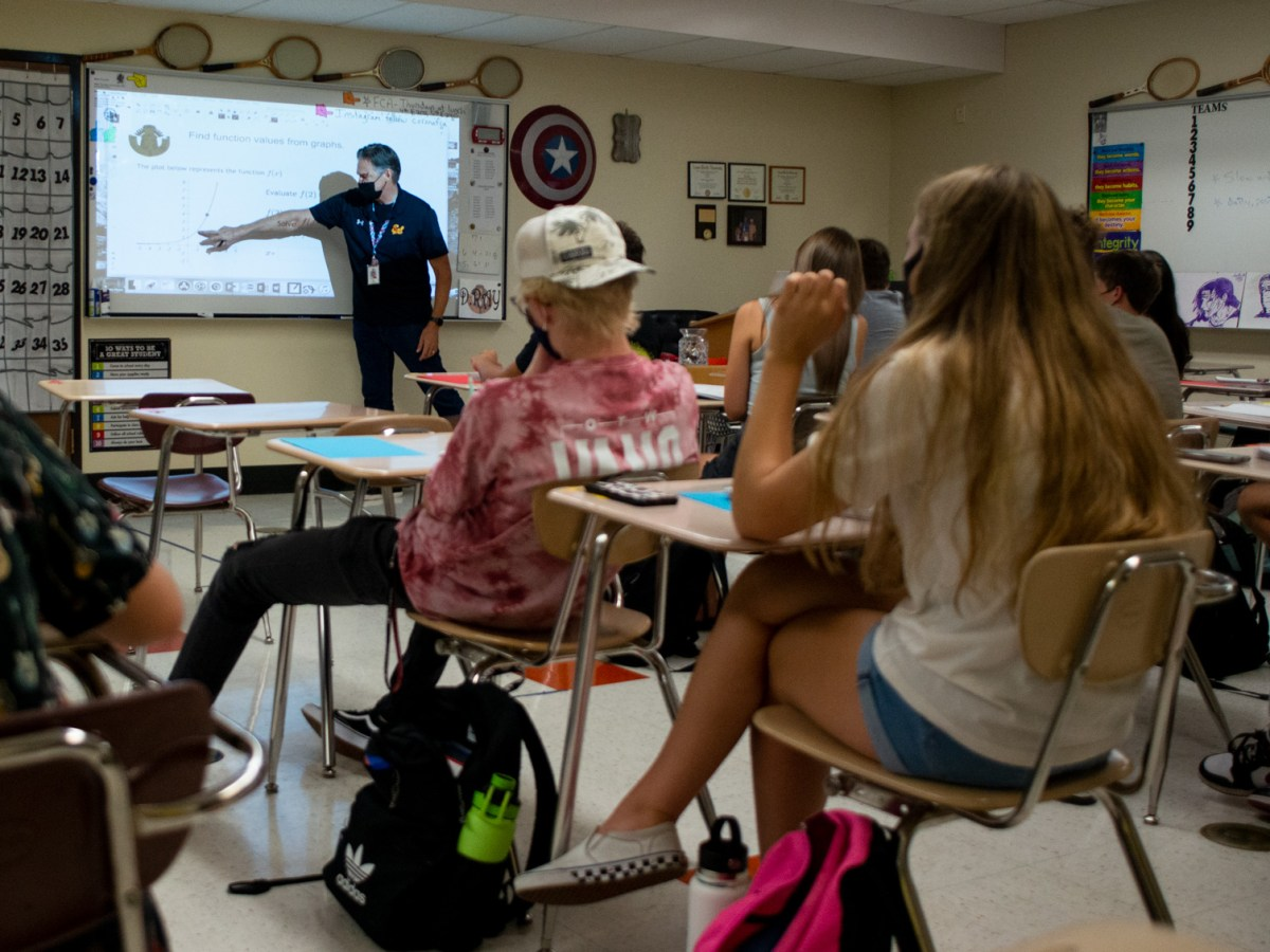 Corona del Sol High School math teacher Dan Ray instructs a group of juniors and seniors in pre-calculus on Friday, Aug. 27, 2021. Photo by Brandon Quester | AZCIR