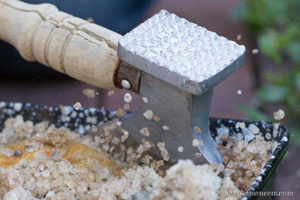 Sóban sült csirkecombok - a sóburok felbontása