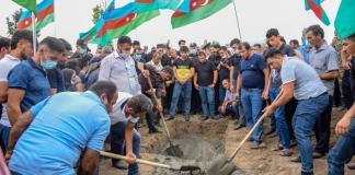 Soldatul azer Vugar Sadygov, ucis în confruntările din data de 12 iulie dintre Armenia și Azerbaidjan, este îngropat în districtul Agstafa din Azerbaidjan. Sursa foto: Profimedia Images