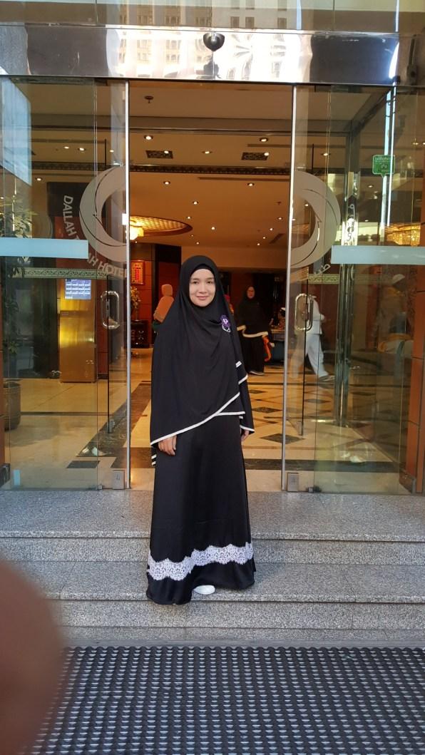 Di depan hotel Dallah Taiba