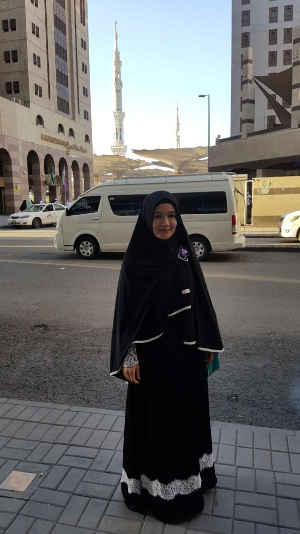 Dari depan hotel, terlihat menara masjid Nabawi