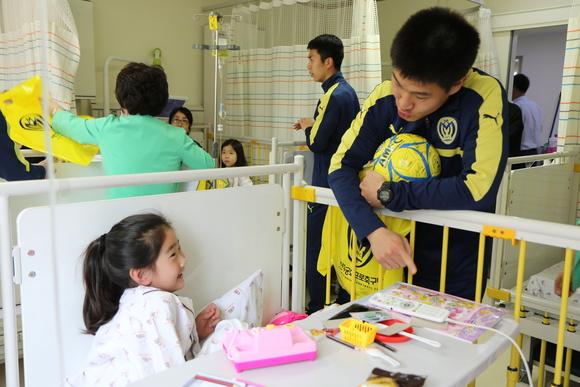 Dzieciaki kochają Asan.jpg