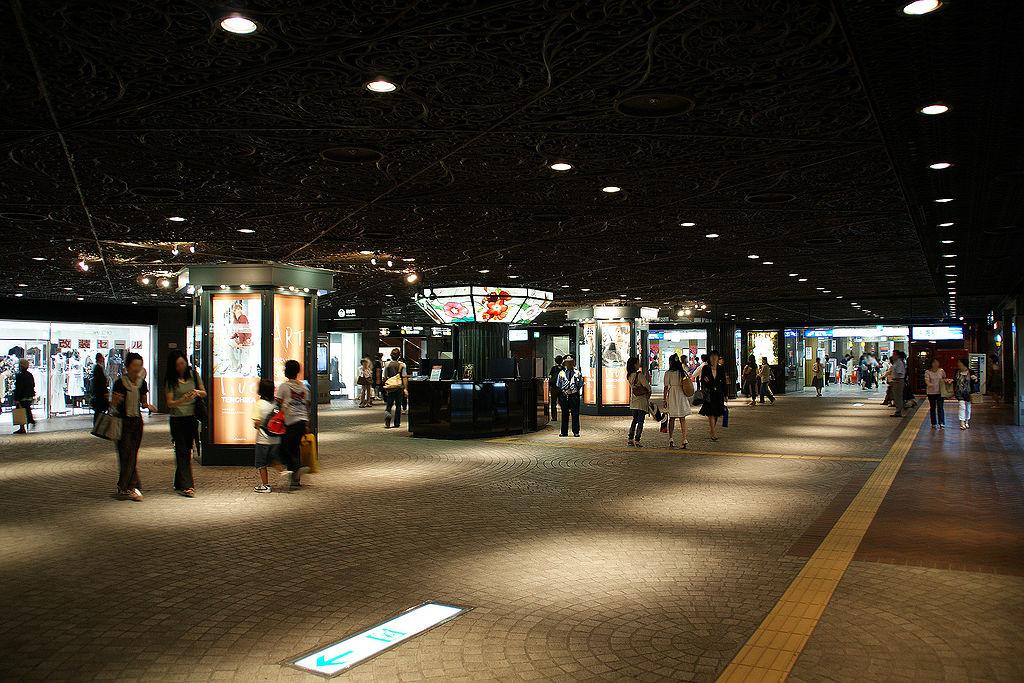 1024px-Tenjin_Chikagai(Tenjin_Underground_City)_-_01
