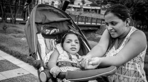 Amanda Vitória que nasceu com microcefalia e a mãe Thayanne Alves da Silva