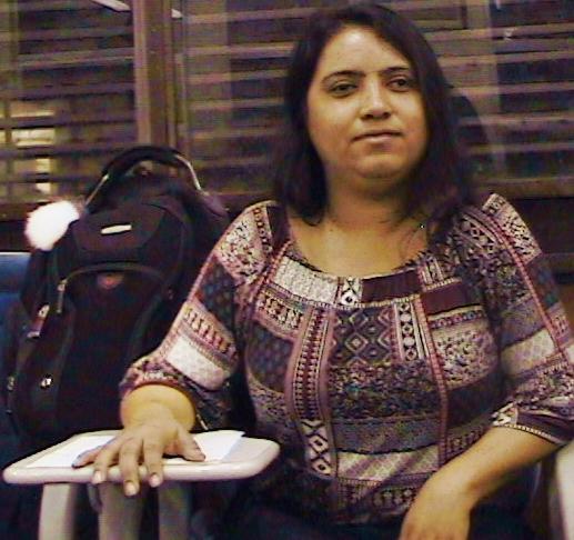 #PraCegoVer: No centro da imagem está Ellen. Ela olha pra câmera com um braço sobre a mesa da carteira escolar. Ao lado dela, notamos uma grande mochila preta. Foto: Lorena de Paula