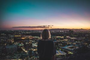 A woman looking at a city and trying to adjust to the life in Arizona after moving from Saudi Arabia