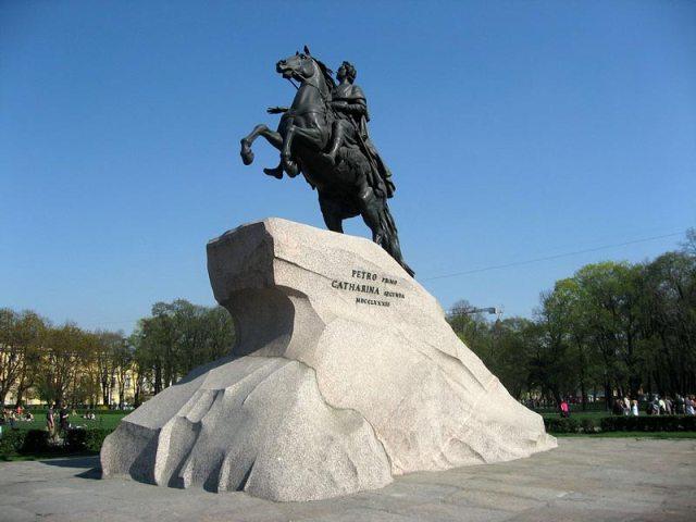 a statua equestre dedicata a Pietro Primo il Grade, immortalata con il nome di Cavaliere di Bronzo, nel celebre poema epico di Aleksandr Pushkin.