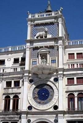 La bellissima torre dell'orologio è un qualcoa di favoloso perché racchiude con semplicità ed eleganza tutte le informazioni relative al tempo. Il quadrante dell'orologio è in oro e smalto blu; segna ora, giorno, fasi lunari e zodiaco.