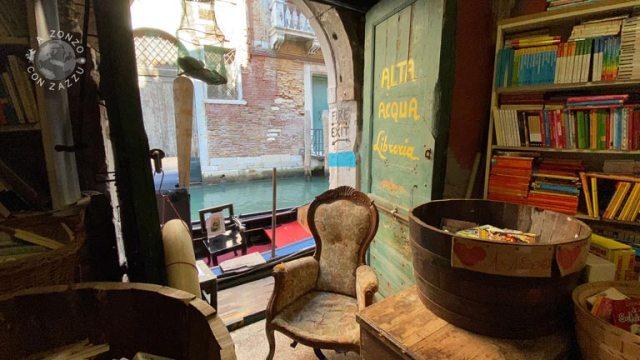 Arrivo poi alla Libreria acqua alta, tappa obbligatoria se visiti Venezia.